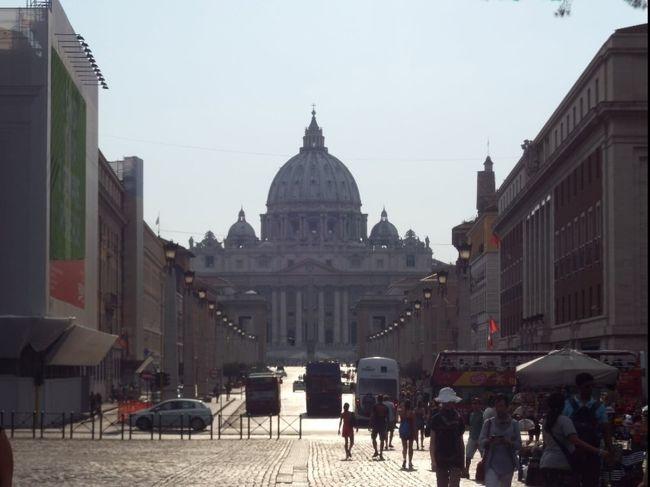 ローマ二日目はバチカンを目指して出発。<br />表紙の写真はサンタンジェロ城の前からです。