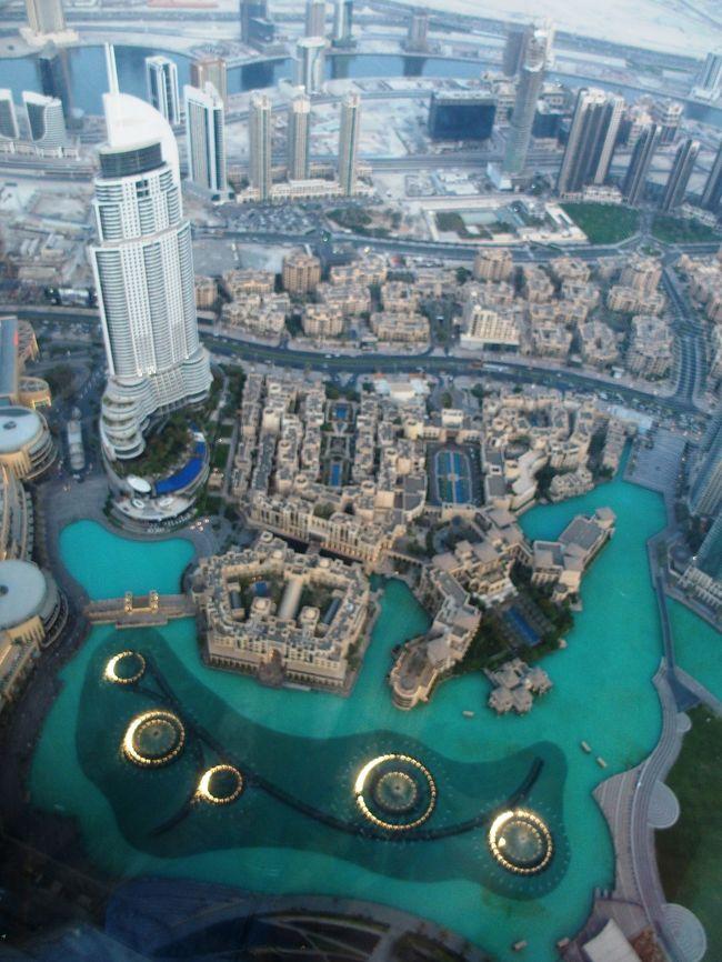 ドバイの旅<br /><br />EK112 15:25-22:55 BUDAPEST-DUBAI<br /><br />AT THE TOP(展望台)<br />ブルジュ・ハリファ(Burj Khalifa)世界一高い超高層ビル<br />ドバイ・モール(The Dubai Mall)世界最大のショッピングモール<br />ドバイファウンテン(Dubai Fountain)世界最大の噴水<br />Mango Tree Dubai<br /><br />CHOC &amp; NUTS<br />RIVIERA HOTEL<br /><br />EK318 02:50-17:25 DUBAI-NARITA<br /><br /><br />滞在時間約28時間<br />いやいやいやとにかく暑かった!<br />気温45度って何?<br />もちろん、暑いのはイメージで覚悟してたけど、この時期でそんなにすごいと思わなかった初心者です。<br />暑さと湿気(雨降らないのに)でカメラが曇ってうまく撮影できず、呼吸するのもしんどい。<br />冷房なしでは生きられないと初めて思ったアラブ首長国連邦。<br />この国のスケールのデカさに圧倒されっぱなし。<br />空港なんて近未来的だし、ドバイ市内の建物や交通なんて、SFや宇宙みたいだ。自由に建てられたようなユニークな形の建物はいちいちおもしろい。超高層ビルや人工島群、巨大モール、次から次へのビッグプロジェクト建設ラッシュなどなど。かと思えば見渡す限りの広大な砂漠と、昔ながらの下町ローカル感漂うスーク(市場)やアブラ(渡し舟)が頻繁に行き来しているのだ。そして、おどろいたことに世界最大の屋内スキー場があり、場内はマイナス3℃の真冬らしい。どこまで潤ってるのかとどまるところを知らない国である。しかも、ドバイは石油で潤っているのかと思えば、石油はほとんど出ないらしいって、金融と観光でここまで世界一とは、なんてこった。<br />近未来都市ドバイ、やばい、大好きだ。<br /><br />日本から予約して行ったブルジュ・ハリファの、AT THE TOP(展望台)へ<br />旅行中はお金の感覚がだいぶおかしくなってしまう。この展望台だって、かなり金額高いと今さら痛感するが、世界一とかせっかくだからとか一生に一度だからとか誘惑に都度負ける。でもやはりここは行ってよかった。<br />ドバイ・モールは、とにかくいちいち広すぎるでしょう。ドバイの人はショッピングが好きらしい。万歩計あったらすごいことになってるはず、移動はチャリがほしい。どこのモールともスケールが全然違う。INFORMATIONもすごい。タクシー乗り場なんて東京駅より全然すごかった。<br />ドバイファウンテンを観るために、日本から予約して行ったレストラン、Mango Treeへ着いたらホッとしたがテラス席、聞いてた通り湿気が超すごいが、目の前で噴水ショーを観ることができて満足だが汗だくだく。<br /><br />RIVIERA HOTELは、クリークビューのよい部屋でとてもよかった。日本人のコンシェルジェさんがいると聞いてたが、実際に会うことができて安心した。ホテル近くのスーパーでクレオパトラの石鹸を買うことができたし、CHOC &amp; NUTSでナッツを購入、店員さんたちがあれもこれも食べろと次から次へと試食させてくれておもしろかった。<br /><br />帰りの空港で時間つぶしと残りの通貨ディルハムを使い切りたくて入ったオーガニックっぽいカフェで食べたまともなサラダとスープと飲んだコーヒーがやたらおいしくて、この旅ではじめてゆっくり食事をとることができたことに笑った。これから帰るんですけど!