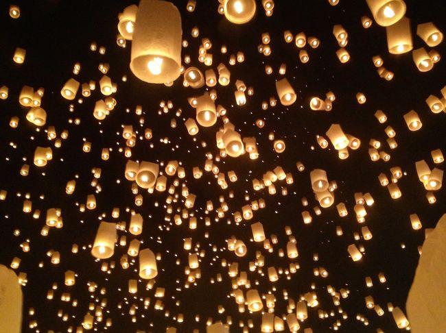 チェンマイのコムローイ祭に参加してきました!<br />このお祭りは、天の仏陀に感謝の気持ちを捧げ、日々の生活が幸福であるように厄払いをするという意味を込めて、夜空にコムローイを放ちます。<br /><br />幻想的で、美しくて、言葉が出なくて、<br />でもちょっと顎は出して、ずっと空に見惚れてました。<br />言葉じゃ、伝えきれないです。<br />ほんと、ほんと。<br /><br />■□■□■□■□■□■□■□■□■□■□■□■□■□■<br /><br />タイ&ミャンマー!女一人旅の写真たちですー。<br />タイ&ミャンマーも初でしたが、大好きになりました!<br />そんな大好きがきっと伝わる写真たち。楽しんでいただきたい〜。<br />・・・・・・・・・・・・・・・・・・・・・・・・・・・・<br />★タイ<br />バンコク→メークロン線の折り畳み市場→ダムヌンサドゥアック水上マーケット→チェンマイ→→コムロイ→アユタヤ<br />↓<br />★ミャンマー<br />マンダレー→ウーペイン橋→アマラプラ→ミングー→インレー湖→タウンジーのバルーン祭り→バガン→モンユワ→パゴー→ヤンゴン<br />・・・・・・・・・・・・・・・・・・・・・・・・・・・・<br />へと、移動しましたー。<br />ぜひぜひ!色んな街の写真を楽しんでください。<br /><br />そして、これからタイとミャンマーに行かれる方の、何かお役に立ちますよーに!