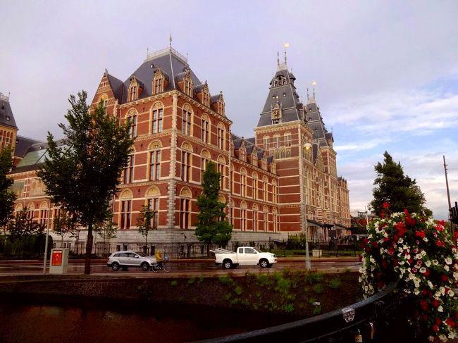 大学の夏休みを利用して今までトランジットしか降り立ったことがないオランダ、そしてベルギーへ行きました。<br /><br />海外での自由旅行(=個別手配)はアメリカ、イギリス、オーストラリア、グアムなどの英語圏だけでした。<br /><br />しかし、ツアーは効率が良く、お値段もお安い反面、自由時間やホテル、食事などに不満が残ります。<br />ビジネスかファーストで行って五つ星ホテルしか泊まらない高額ツアーならいいかもですが、自己破産してしまいます(爆)<br /><br />そこで、今回は航空券、ホテル、鉄道などを手配し、完全な自由旅行で欧州を楽しみましたーーー。