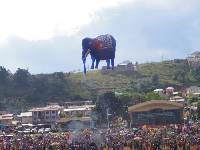 タウンジーのバルーン祭りにいってきました。<br />この祭りは、バルーンの出来を競う競技になっていて、<br />夜通し行われ、6日間に300個くらいのバルーンが空高く打ち上げられます。<br />心静かなミャンマー人にとっては、熱すぎるお祭りです!<br />色んな意味で!<br />そしてちょっと命がけ?!<br /><br />■□■□■□■□■□■□■□■□■□■□■□■□■□■□■□■□■□<br /><br />こちらは、タイ&ミャンマー!女一人旅の写真たちですー。<br />タイ&ミャンマーも初でしたが、大好きになりました!<br />そんな大好きがきっと伝わる写真たち。楽しんでいただきたい〜。<br /><br />・・・・・・・・・・・・・・・・・・・・・・・・・・・・<br />★タイ<br />バンコク→メークロン線の折り畳み市場→ダムヌンサドゥアック水上マーケット→チェンマイ→→コムロイ→アユタヤ<br />↓<br />★ミャンマー<br />マンダレー→ウーペイン橋→アマラプラ→ミングー→インレー湖→タウンジーのバルーン祭り→バガン→モンユワ→パゴー→ヤンゴン<br />・・・・・・・・・・・・・・・・・・・・・・・・・・・・<br />へと、移動しましたー。<br />ぜひぜひ!色んな街の写真を楽しんでください。<br /><br />そして、これからタイとミャンマーに行かれる方の、何かお役に立ちますよーに!