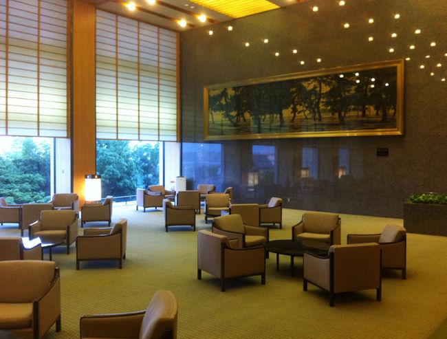 神戸で夜に用事ができたので、ついでにとホテルオークラ神戸に泊まることに。一度、上の方にあるフレンチ『エメラルド』には食べに来たことあるのですが、宿泊はなかなか機会がないですし、他のホテルに泊まってみるのも仕事のようなもの。