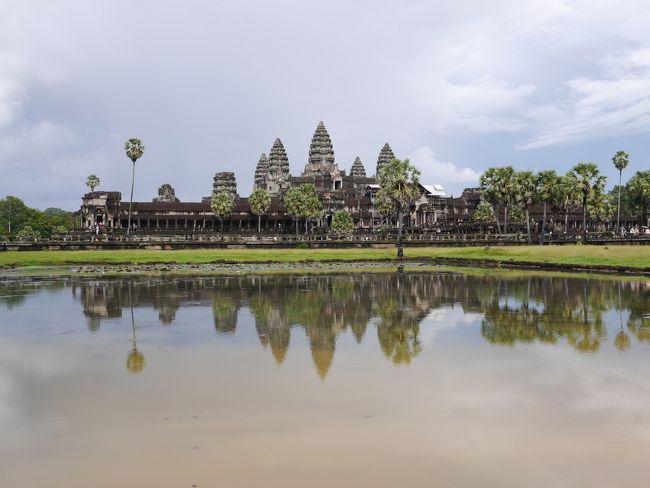 久しぶりの海外旅行。旅行先はカンボジア「アンコールワット」。<br />8月のカンボジアは雨期真っ只中ですが、その分、旅行者も少なくゆったり観光ができました。<br />朝晩の雨はありましたが、日中の観光にはほとんど影響なく、大満喫の旅行となりました。<br /><br />参加ツアー:JTBお買得旅 SALEアンコールワット5日間<br />利用ホテル:アンコールセンチュリーリゾート&スパ<br />航空会社:ベトナム航空<br /><br />1日目:成田→ホーチミン(乗継)→シェムリアップ<br />2日目:アンコールトム観光→昼食→休憩→アンコールワット観光→アプサラディナー(すべてツアー組込み)<br />3日目:自由行動(トゥクトゥクでタ・プローム、アンコールワット観光、ハイティー、ホテルスパ等)<br />4日目:出発まで自由行動(トゥクトゥクでバンテアイスレイ観光)、シェムリアップ→ホーチミン<br />5日目:(乗継)→成田