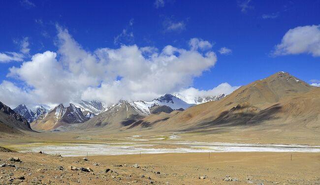四輪駆動車で、パミール高原を南から北に縦断するツアーです。<br />タジキスタンの首都ドゥシャンベから、途中国境を越えてキルギスに入り、キルギス第二の都市オシュまで、最高地点はアク・バイタル峠の4655mです。<br /><br />この旅行10日目、4輪駆動車でパミール高原に入って7日目、標高3560m高地性砂漠の町マルガブを発ち、パミールハイウェーを走り、このツアー最高地点のアク・バイタル峠4655mと国境の峠キジル4282mを越え、キルギスのサリタッシュを目指す240kmの移動です。<br />No10はその前半、キジル峠を下り、キルギス入国までです。