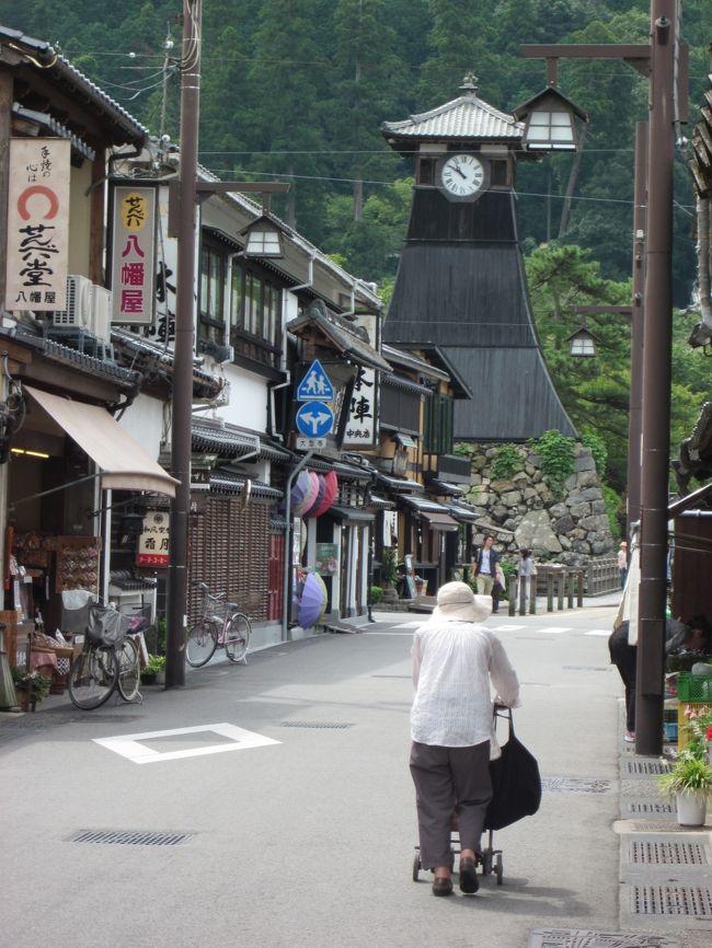 8月も下旬になると雨か台風の影響か急に涼しくなって、どこか秋風吹く頃に成ってしましました。<br /><br />カメラ片手にぶらぶら歩くには持って来いの季節、昨年同様、「城崎温泉の外湯めぐり」と「出石ご城下」を組み合わせたぶらぶら旅にしました。<br /><br />京都縦貫道路・大山崎ICから出来たばかりの丹波・和知間を走って、途中TVなどで紹介された京丹波PAで休憩しながら旧但東町を抜けて但馬・出石城下へ向いました。<br /><br />出石城下へ来るのは25年ぶりでしょうか?…、駐車場や町並が色々と綺麗に整備されびっくり!…、悪く言えばすっかり観光化されてしまいました?…(町起しも世の流れですね…)。<br />それ以上に、蕎麦屋が異常に多いこと!、本当に驚きです!。<br /><br />兵庫県は関西一城下町が多く存在する県で、国宝姫路城を有する姫路を筆頭に、赤穂・龍野・篠山・竹田・明石・尼崎・出石などなど、城下町の風情あふれる町歩きが出来ますね。<br />それでは、但馬國・出石ご城下ぶらぶら歩き旅です。