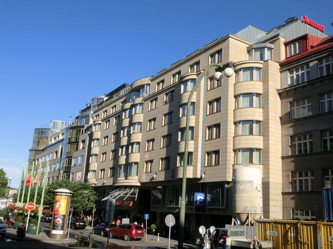 中世の宝石と讃えられるチェコの首都プラハを見ずしてヨーロッパを語れない。ドレスデン中央駅からヨーロッパ特急列車のユーロシティー(EC)に乗ってプラハに移動する。<br /><br />お泊まりは「プラハ・マリオットホテル」(写真)。ここに2泊する。早めにチェックインしてエグゼクティブ・ラウンジでまずはティータイム。午後のプラハ観光の後、再びラウンジでカクテルタイム(夕食)を楽しむ。その後はライトアップされたプラハ市内を散歩し夜遅くホテルに帰ってくる。朝は再びラウンジへ行き朝食も頂く。我々にとっては実質3食付の滞在となる。<br /><br />マリオット・リワードのゴールドメンバーは宿泊する客室のグレードにかかわらずエグゼクティブ・ラウンジが無料で利用できる。よって最低料金で予約してラウンジを使いまくる作戦である。安くて豪華に旅する裏ワザの1つ。<br />ただし、マリオットゴールドを獲得&維持するのに結構お金がかかる。安く泊まったつもりでも、宿泊日数が多くなり結局マリオットに多大な貢献をすることになる。マリオットの思うツボである。<br /><br />為替は1チェココルナ=5円で換算する。<br /><br />◎私のホームページに旅行記多数あり。<br />『第二の人生を豊かに』<br />http://www.e-funahashi.jp/<br />(新刊『夢の豪華客船クルーズの旅<br />ー大衆レジャーとなった世界の船旅ー』案内あり)