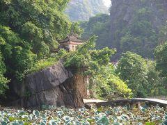 Ninh Binh ニンビンの、Bich Dong ビックドン タムコックから3km 門には碧寺同*(同*には山かんむり)の文字 山神様、土地の神様、こんにちは。