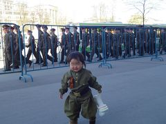 父親と幼児の2人で70周年戦勝パレード見学、など 【4日目:200機の航空機と微笑の軍人】