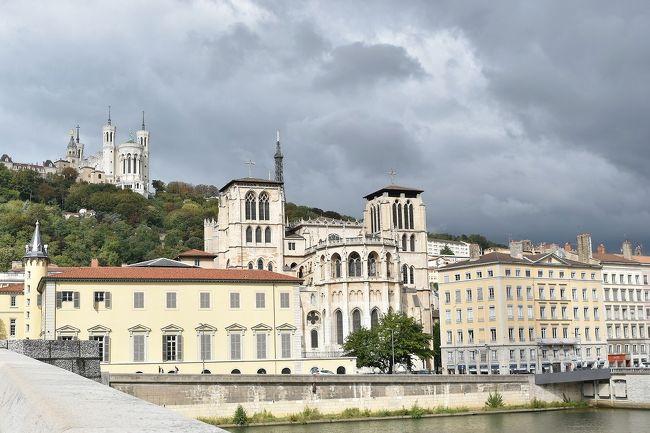パリから南へ約500km、フランス第二の都市リヨン。<br />ローヌアルプ地方の首府で、フランス国内の金融の中心でもあります。<br /><br />ローマ時代から交通の要衝で、中世に絹織物産業で栄えたのだそうです。<br /><br />ソーヌ川とローヌ川が、この町で出会う。<br />町は、「2本の川にはさまれた地区」と、<br />両方の川のそれぞれ外側に「旧市街」と「新市街」<br />の3つの地区に分かれていて、<br />それぞれ特徴があり、とてもわかりやすい。<br />また、丘にそびえるフルヴィエール教会が目印となって、迷子になる心配なく町歩きが楽しめます。<br /><br />今回は、日本を昼前に発ち、アムステルダム経由でリヨンに夕方到着。<br />リヨンの歴史地区をたのしんだ後、<br />ここを拠点に、フランスの地方都市を巡り歩く予定。