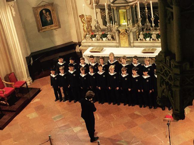 今年の9月は5連休(=´∀`)人(´∀`=)<br /><br />この日はいちばん楽しみにしていた王宮礼拝堂のミサの日!『ウィーンでウィーン少年合唱団を聴く』の夢が叶いました。<br /><br />1日目<br />http://i.4travel.jp/travelogue/show/11054796<br /><br />2日目<br />http://i.4travel.jp/travelogue/show/11055034<br /><br />3日目(5泊7日)<br />★王宮礼拝堂(ウィーン少年合唱団)<br />★マリア・シュトランスキー(プチ・ポワン)<br />★王宮<br />★モーツァルト像など彫像<br />★カプツィーナー教会<br />★マンナー・ショップ<br /><br />4日目<br />http://i.4travel.jp/travelogue/show/11055737<br /><br />5日目<br />http://i.4travel.jp/travelogue/show/11056241