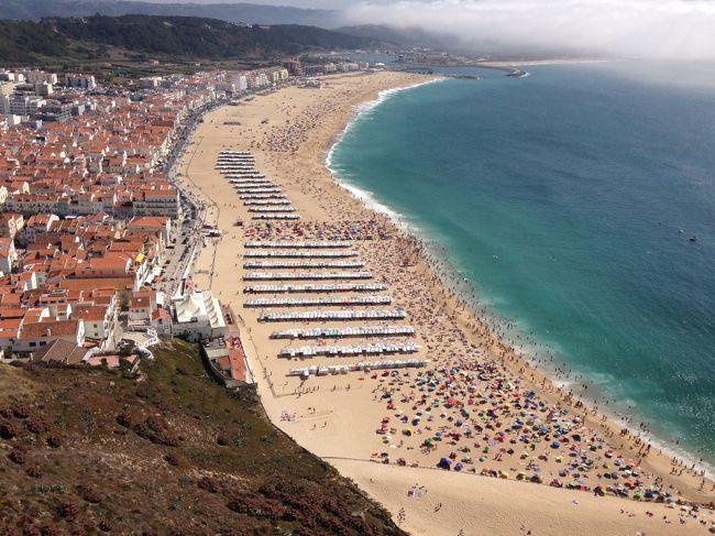 ポルトガル旅行を決め、ガイドブックを見ていたら、ナザレのページの写真に目が釘付けになった。<br />展望台から見るビーチがなんとも良さそう!<br />ナザレ行きは即決。<br />リスボンからバスでの1泊旅行をする事に。<br /><br />☆スケジュール☆<br />8月26日(水) ANAで関空へ<br />        関空からトルコ航空でイスタンブール経由リスボンへ<br />        27日到着(リスボン泊) <br />8月28日(金) 日帰りでシントラ&ロカ岬へ(リスボン泊)<br />8月29日(土) リスボンからナザレへ(ナザレ泊) ★この旅行記★<br />8月30日(日) ナザレからリスボンへ(リスボン泊) ★この旅行記★<br />8月31日(月) (リスボン泊)<br />9月 1日(火)  トルコ航空で帰国の途へ(機内泊)<br />9月 2日(水)  日本到着 <br /><br />「リスボン2泊→ナザレ1泊→リスボン2泊」という5泊7日の旅です。