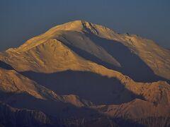 パミール高原縦断 山と花と人と 11陸路キルギス入国後、最後の宿泊地サリタッシュへ。日没のレーニン峰、巨大な天の川、赤く映える日の出の山々。