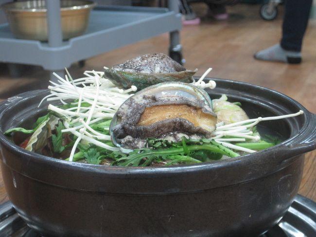 韓国4都市目、巨済にやってきました。<br />ここでもテーマはブレずに「温泉とメシ」です。<br /><br />食べ放題のイシガニケジャンはびっくりするぐらい小さかったり、タラ鍋を注文したはずが豪華海鮮鍋にされかけたりと大変でしたが、着実に目的を果たしてさあ帰ろう、となったらすんごい豪雨!<br />傘が役に立たないぐらいの雨にやられて、ずぶ濡れで帰るハメに...<br /><br />ちなみに写真は間違えて出された高級海鮮鍋。<br />なので食べてません(笑)