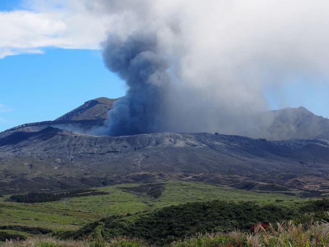 本日のテーマは<br />警戒レベル3の阿蘇山とラピュタロード。<br />ともにスゴイ。<br />今日はラピュタロードへ朝から行こうとしたら<br />下から上ることはできず、明日へ持ちこし。<br />朝ごはんを食べたあと、大観峰へ行き、それから草千里へ。<br />阿蘇の噴火を間近で見た後、南阿蘇の電車の駅を見学しつつ、<br />高千穂峡へ。<br />高千穂峡は別の日記へ。<br />混雑のレベルを超越していましたが。<br />夕方戻ってきて、地獄温泉へ日帰り入浴。<br />そして宿にチェックインしたあと<br />夜の熊本城を見に行きました。