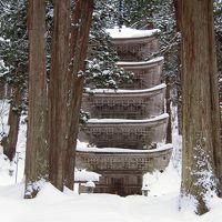 雪の降り積もる羽黒山 五重塔へ