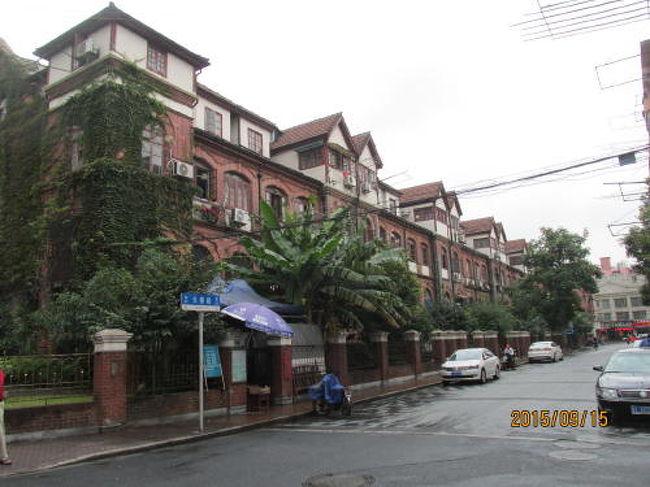 上海日本租界の長春路は四川北路に連なる部分が2棟の上海優秀歴史建築に挟まれています。北側に有るのが元の名前が北端公寓。これは四川北路の北の端にあった所から名前が着きました。1928年に建築して、占有面積の約5000?、建築面積の1.12万?、鉄筋コンクリート構造の4階建て。1975年に2層を加え6階建て改造いたしました。北側にあり南に向いています。3辺をコの字型に繋ぎ合わせ真中を庭を配しています。早くから上海優秀歴史建築に認定されています。南側の建物は最近上海優秀歴史建築に認定されました。赤煉瓦の3階建て、4階の部分は屋根を連ねた英国風の長屋住宅です。私は南側の建物が好きですが名前も解りませんし、「沙遜楼群」英国風建築。1930年代、程度しか解りません。2つの建物の間には広い空間があるので建物の全景を撮影するのに最適です。<br /> <br />上海優秀歴史建築、虹口文物保護、歴史ガイドマップに掲載された建<br />造物です。<br />第3回長春公寓 公寓1928年    長春路304号<br />HK-J-015-V 住宅              長春路307-381号 3階