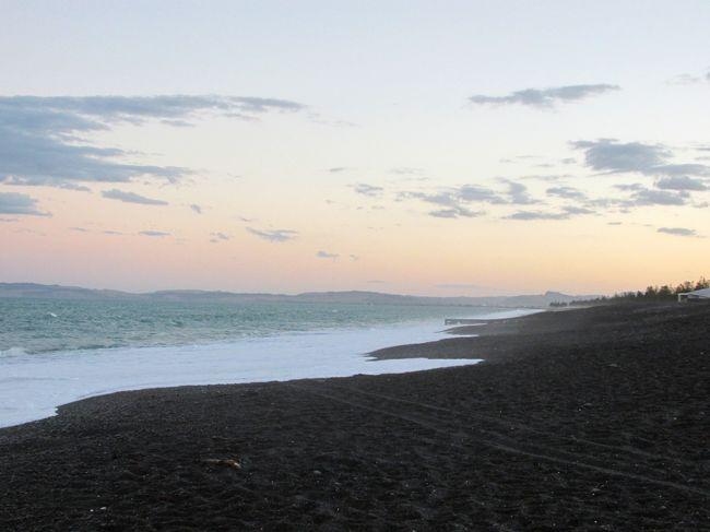 クリケット W杯 NZ vs アフガニスタン戦を観戦するために、ロトルアからネイピアへ2泊3日のドライブ旅行。<br />Part 3 は、観戦後のネイピア、夕暮れのビーチ、帰路のタウポの風景など。