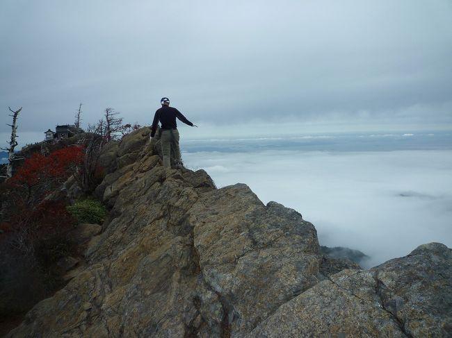 これまでなんちゃって登山というかハイキングしか経験のないドラゴンであるが、山の師匠に連れられて西日本一の標高を誇る石鎚山に登ったのだ。<br /><br /> 高いだけでなく断崖絶壁の岩山なのだった。<br /><br /> 頂上社から天狗岳の間には絶壁の上のカミソリエッジがある。<br /><br /> 怖い人は少し下の所を伝っても行けるのだが、ブレードランナーに挑戦。<br /><br /> 保険に入ってないのでここで落ちたらカミさんに叱られる。