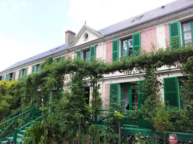 5月 27日(水)、快晴<br />パリ~ノルマンディ・ドライブ #15 - ジヴェルニー、モネの家と花の庭です。睡蓮の池のある水の庭から戻って、春の庭をじっくり鑑賞、その後、モネの家を見学します。ずいぶん大きな家ですね。<br /><br />写真は、クロード・モネの家です。あいにくカメラの電池切れで、スマホによる撮影となって残念でしたが、何とかなりました。<br /><br />ジヴェルニー観光の後、ルーアンに戻り、レンタカーを駅のAVISレンタカー営業所に車を返却して、パリへ戻ります。<br /><br />ジヴェルニー | Giverny | BonVoyage<br />http://www.bonvoyage.jp/villages/giverny/<br />モネ財団、日本語ホームページ<br />http://fondation-monet.com/ja/<br />ジヴェルニー<br />http://jp.rendezvousenfrance.com/ja/discover/47657<br />高知県 北川村「モネの庭」マルモッタン → 日本でモネの庭が見れる。<br />http://www.kjmonet.jp/<br /><br />以下、今回の旅の日程です。<br /><br />□ 5/22 (金) 羽田 10:35 発 → パリ 16:10 着<br />□ 5/23 (土) 終日、パリ http://4travel.jp/travelogue/11026525<br />□ 5/24 (日) パリ → レンヌ http://4travel.jp/travelogue/11028361<br />□ 5/25 (月・祝)レンヌ → モンサンミッシェル http://4travel.jp/travelogue/11030511<br />http://4travel.jp/travelogue/11036306<br />http://4travel.jp/travelogue/11037505<br />→ フージェール http://4travel.jp/travelogue/11039804<br />→ サン・マロ http://4travel.jp/travelogue/11042141<br />→モンサンミッシェル 夜景 http://4travel.jp/travelogue/11044795<br />□ 5/26 (火) モンサンミッシェル 朝の散歩 http://4travel.jp/travelogue/11045099<br />→オンフルール http://4travel.jp/travelogue/11050226<br />→エトルタ http://4travel.jp/travelogue/11052698<br />→ルーアン http://4travel.jp/travelogue/11055182<br />■ 5/27 (水) ルーアン http://4travel.jp/travelogue/11058287<br />→ ジヴェルニー http://4travel.jp/travelogue/11060861<br />→ パリ<br />□ 5/28 (木) パリ<br />□ 5/29 (金) パリ<br />□ 5/30 (土) パリ 20:30 発<br />□ 5/31 (日) → 羽田 15:25 着