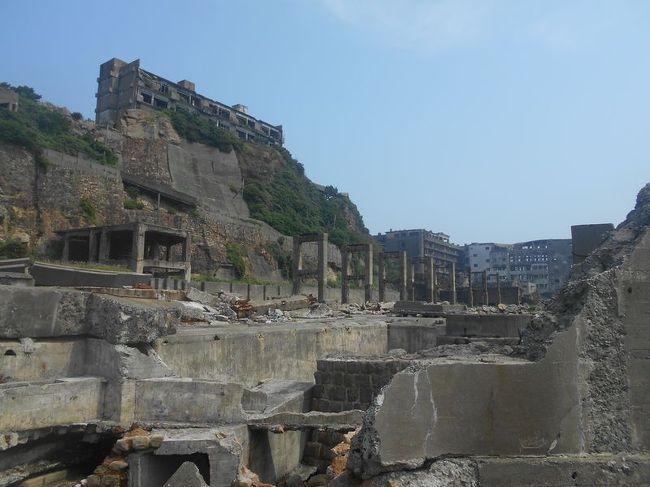 弾丸海外の旅とか、マニアックな国内の旅を好む私ですが、<br /><br />たまには「ベタ」(関西芸人がいうところの定番中の定番の意)<br /><br />な観光地を訪れることがあります。<br /><br />今回は、長崎県の「軍艦島(端島)」をご紹介します。<br /><br />九州の仕事のついでに訪れました。<br /><br /><br />★「ベタ」な観光地シリーズ<br /><br />阿波踊り(徳島)<br />http://4travel.jp/travelogue/10588585<br />門司港(福岡)<br />http://4travel.jp/traveler/satorumo/album/10422286/<br />日本橋(東京)<br />http://4travel.jp/traveler/satorumo/album/10441213/<br />奥日光(栃木)<br />http://4travel.jp/traveler/satorumo/album/10420786/<br />浅間山・伊香保・赤城(群馬)<br />http://4travel.jp/traveler/satorumo/album/10422735/<br />日光東照宮(栃木)<br />http://4travel.jp/traveler/satorumo/album/10428289/<br />下北半島(青森)<br />http://4travel.jp/traveler/satorumo/album/10437472/<br />余部鉄橋(兵庫)<br />http://4travel.jp/traveler/satorumo/album/10449422/<br />寛永通宝の琴弾公園(香川)<br />http://4travel.jp/traveler/satorumo/album/10450806/<br />原爆ドーム(広島)<br />http://4travel.jp/traveler/satorumo/album/10450820/<br />蔵王樹氷(山形)<br />http://4travel.jp/traveler/satorumo/album/10450750/<br />月山&山形花笠まつり&仙台七夕(山形・宮城)<br />http://4travel.jp/traveler/satorumo/album/10557069/<br />東大寺&奈良公園(奈良)<br />http://4travel.jp/traveler/satorumo/album/10531427/<br />比叡山延暦寺(滋賀)<br />http://4travel.jp/traveler/satorumo/album/10520650/<br />羽田空港国際線ターミナル(東京)<br />http://4travel.jp/traveler/satorumo/album/10539371/<br />多賀城(宮城)<br />http://4travel.jp/traveler/satorumo/album/10688179/<br />山寺(山形)<br />http://4travel.jp/traveler/satorumo/album/10785796<br />蔵王&天元台(山形)<br />http://4travel.jp/travelogue/10571930<br />瀬戸内しまなみ海道サイクリング&内子&米博物館(愛媛)<br />http://4travel.jp/travelogue/10559650<br />カシマサッカースタジアム&真壁(茨城)<br />http://4travel.jp/travelogue/10556710<br />白馬&志賀高原(長野)<br />http://4travel.jp/travelogue/10472912<br />北野天満宮(京都)<br />http://4travel.jp/travelogue/10647630<br />天童の人間将棋(山形)<br />http://4travel.jp/traveler/satorumo/album/10768677<br />秋田竿灯まつり(秋田)<br />http://4travel.jp/travelogue/10941648<br />弘前&十二湖(青森)<br />http://4travel.jp/traveler/satorumo/album/10490992/<br />沖縄本島(沖縄)<br />http://4travel.jp/traveler/s