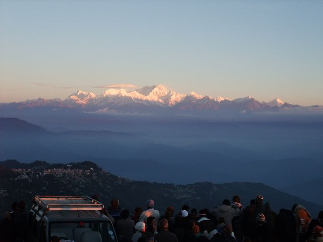「シッキム王国とダージリン・ヒマラヤ鉄道の旅」のツアーに参加。<br /> シッキム州は、1975年に王制は廃止されインドに統合。現在の住民は主にネパール系。<br /> ダージリンは、シッキムの南、西ベンガル州にある高原リゾート地。現在、人口の八割以上はネパール系住民。<br /><br />11月15日 香港を経由して、デリー着。<br />11月16日 空路で、西ベンガル州バグドグラへ。着後、シッキム州ガントクへ移動。<br />11月17日 ガントク市内観光。その後、西シッキム州ペリンへ。<br />11月18日 西ベンガル州カリンポンへ。着後、市内観光。<br />11月19日 ダージリンへ。着後、市内観光。<br />11月20日 トイ・トレイン乗車。ダージリン市内観光。<br />11月21日 バグドグラ着後、空路で、デリーへ。<br />11月22日 デリー市内観光。その後、深夜に香港経由で帰国の途へ。<br />11月23日 昼前、帰国。