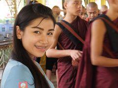 NACKさん ミャンマーで仏像を拝む 8 バゴー