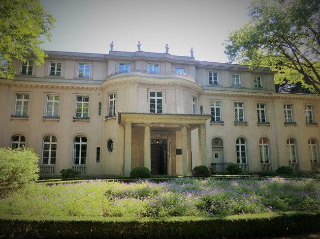 ベルリン郊外のヴァンゼー。<br />ここは、8月のドイツ ベルリン旅行で私が私が最も訪れたかった場所であるが、今回、この旅行記をUPするかどうか迷った。<br />理由は<br />・現代史の事項で、評価が難しい。そのため、まだ内容的に自分自身の中で消化しきれていない。<br />・この場所の意味を理解するために背景の理解が必要だが、上記のためうまく説明できるか自信がない。<br />・内容も「楽しい」ものではない。<br />からだ。<br />ですので、以降の文章を読んでいてつまらなかったり、内容的に嫌気がさすようでしたらどうぞこの旅行記を閉じてください。<br /> でも書こうと思ったのは、やはり今回のドイツ旅行で自分にとって一番記憶に残る場所であったからだ。<br /> 前置きが長くなりました。では、これから1942年1月20日のヴァンゼーへ旅立ちます。