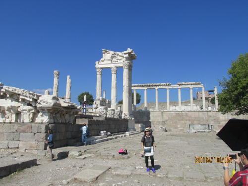 イリオスのトロイ遺跡からエーゲ海に沿って南下、230kmでベルガマです。ペルガモンは、紀元前3世紀半ばから2世紀にアッタロス朝の都として繁栄したヘレニズム時代の都市であります。ペルガマのアクロポリス遺跡は標高335メートルの丘の上にあり、一群の建造物で構成されています。山頂に宮殿、トラヤヌス神殿(ローマ時代のもの)、アテーナー神殿、劇場、ゼウスの大祭壇、アゴラ、図書館、武器庫の遺跡があります。出土品の大半はドイツベルリンのペルガモン博物館の内部に復原・展示されており、往時の雄姿を再現しています。結果的にはドイツに持って行かれてしっかり保管されたので良かったかもしれません。アクロポリス遺跡には白い大理石の円柱が復原されています。さすがドイツも大きな野外劇場は持って行けなかったので現場に残っています。アッタロス朝では本の作成が盛んで、紙の材料のパピルスをエジプトから輸入していたが、エジプトがパピルスを輸出禁止にした為、羊皮紙を開発した。0.4mmの薄さで、丈夫です。現在は洋服生地に活用し、軽くて丈夫な点を活かしています。布地の洋服より高価です。