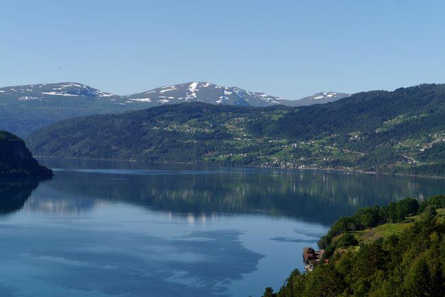 今日はStrandaのスキー場にあるコテージから,国道60号線からE39号線でHellesylt-Hornindal-Stryn-Olden-Utvik-Byrkjelo-Skeiへ,そこから5号線でSogndalsfjora,55号線でHella,フェリーでVangsnesまで正味で263?,私の運転で休みなしで5時間弱の行程だ.途中教会や氷河などによる予定.<br />掃除をして,3泊したStranda Ski場のStranda Bookingのコテージともお別れ.すごくいいコテージだった.あまった食料は調味料を車にたくさん積みこむ.今回はコテージやアパートで7泊するので.食料はそれほど無駄にならない予定だ.また原則昼食もお弁当を持っていく.0951出発,1022Hellesylt,1036E39号線にはいり,途中Innvikfjorden(Nordfjordenの一部)の展望台で見る.わずか1?先の対岸にぐるっと30数キロ回り道をする.1126 Strynで右折,Loenを過ぎたところで,木々の生い茂るパーキングで一休み.なんとOldenの手前にまたCostaの巨大客船が停泊していた.昨日見たFortunaかおととい見た Favolosaかまたまた別の船か.1148船に近づく