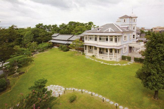 関宿から桑名へ移動した。ここには「六華苑」というかつての富豪の材木王・二代目諸戸清六邸の私邸があり、前々から訪ねてみたいと思っていたところである。<br /><br />六華苑は明治期から昭和初期まで活躍した英国人建築家ジョサイア・コンドル( 1852〜1920 )が諸戸清六の求めに応じて建築に携わった洋館で、1911 年( 明治44 )に着工し、1913年( 大正2 )に完成した。コンドルは、「日本の近代建築の父」と言われ、鹿鳴館をはじめ、三菱一号館、岩崎久弥邸、島津家邸(現清泉女子大学本館)、綱町三井倶楽部などの建築に携わってきた。<br /><br />