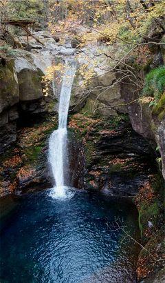 山の中にひっそりとエメラルドブルー。秋のおしらじの滝を探して。