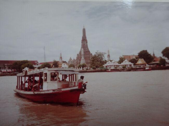 25日17:30バンコクに到着します。26日バンコク市内観光 27日アユタヤ・バンパイン観光 28日バンコク観光し、ナコン・パトム観光します。29日休息し、真夜中にマニラに向かいます。<br /><br />(128)8月26日 疲れていますが、歩いてバンコク観光をします。Hよりワット・トライミット(黄金仏寺) ワット・サケット ワット・ポー(涅槃寺) 船でチャオプラヤー川を渡り、ワット・アルン(暁の寺) 川を戻り、王宮 ワット・プラケオ ワット・ベンチャマボピット(大理石寺院)を見て、Hに戻ります。Hの近くで果物の王様ドリアンを買います。クリームの腐った臭いですが、それ以来、病みつきになっています。 <br /><br />(129)8月27日 アユタヤ バーン・パイン観光をします。(後のブログ)<br /><br />(130)8月28日 朝、電話局より日本に電話をして無事の確認をします。段々と寂しくなってきます。バスでスネイク・ファームに行きます。毒蛇が数100匹といます。PIA(パキスタン航空事務所)に行き、30日の飛行機はリクエスト中でしたが、Fullとの事で空港待機となりました。(8月末なので多いそうです。)バスでナコン・パトム(後のブログ)に行きます。Hに戻ります。<br /><br />(131)8月29日 お昼までHでのんびりし、昼食を食べたり、時間をつぶします。(どこかを回ろうという気力が湧きません。PM7:00空港のPIA事務所に行くと9人程の日本人が事務所前で待っており、PM10:00に飛行機に乗れるか分るとの事で待ちます。結局、全員乗れ、マニラに向かいます。(他の人は日本までです。)<br /><br />{諸経費}<br />①飛行機代(パキスタン航空) (成田ーカラチーパリーカラチー成田)1年オープン<br />     帰りにカイロ カラチ バンコック マニラにstop over<br />   195000円+stop over1か所10000円   計235000円<br />②ユーレイルユースパス(2か月間有効25歳未満2clのみ) 78600円 <br />③AIU保険(6か月間 11850円) 国際免許証1000円 <br />④予防接種・薬 コレラ2000円 種痘2000円 マラリアの薬1400円その他の薬5500円<br /> 黄熱病3000円<br />⑤ケニアのビザ2860円(初め、エジプトよりケニアまで陸路で行く予定でしたが、健康面と準備不足のため中止しました。)<br />⑥トーマス・クックの時刻表2500円(当時は1冊でヨーロッパとその他の国々が載っています。) 英語の辞書3200円 YHの本780円 地図920円 他のガイドブック不明<br />⑦フィルム36枚(ハーフ・サイズのカメラのため72枚撮影)×15本8850円 証明写真1500円 <br />⑧寝袋・枕13500円 靴4800円 靴下780円 シャツ1480円 ジーパン2600円 腹巻2600円<br />    計386720円+α<br />⑨持参通貨  USドルのTCとcashで持参(金額は不明 1USドル=約226円<br /><br />{旅程}<br />①4/21(月)成田10:00発PK753ー北京ーイスラマバードー21:50カラチ乗換23:30発PK703ー<br />②4/22(火)ーカイローフランクフルトー10:30着パリ13:00発-15:48ブラッセル(泊)ブラッセル(知人宅)<br />③4/23(水)ブラッセル10:30ー11:29ブルージュ観光ーブラッセル (泊)ブラッセル(知人宅)<br />④4/24(木)ブラッセル観光   ブラッセル18:20発ー                (泊)夜行列車<br />⑤4/25(金)ーミラノ(乗換)-14:00着ローマ ローマ観光             (泊)ローマ<br />⑥4/26(土)ローマ バチカン市国観光 ローマ20:17ーパオラー6:08ナポリ  (泊)夜行列車<br />⑦4/27(日)-6:08ナポリ カプリ島 ポンペイ遺跡 ナポリ観光      (泊)ナポリYH<br />⑧4/28(月)ナポリ10:01-バーリ(乗換)-15:53着ブリンディジ22:30発ー(泊)船(座席)<br />⑨4/29(火)ーパトラス17:02-21:20着アテネ                    (泊)アテネ(ペンション)<br />⑩4/30(水)アテネ観光 アテネ21:44-4:15Alfios6:43-7:13オリンピア(泊)夜行列車<br />⑪5/1(木)オリンピア観光16:31ーPirghos-18:54パトラス22