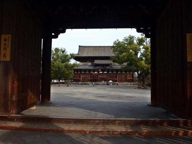 金堂・薬師三尊の台座に配されている十二神将が間近に見られる、とあって灌頂院を訪ねた。<br />その後、岡崎の勧業館で開かれている「盆栽展」も巡った。