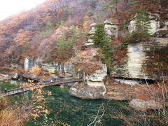 揺れるつり橋を渡り、断崖沿いの景色を楽しむ塔のへつりを歩く/福島・南会津