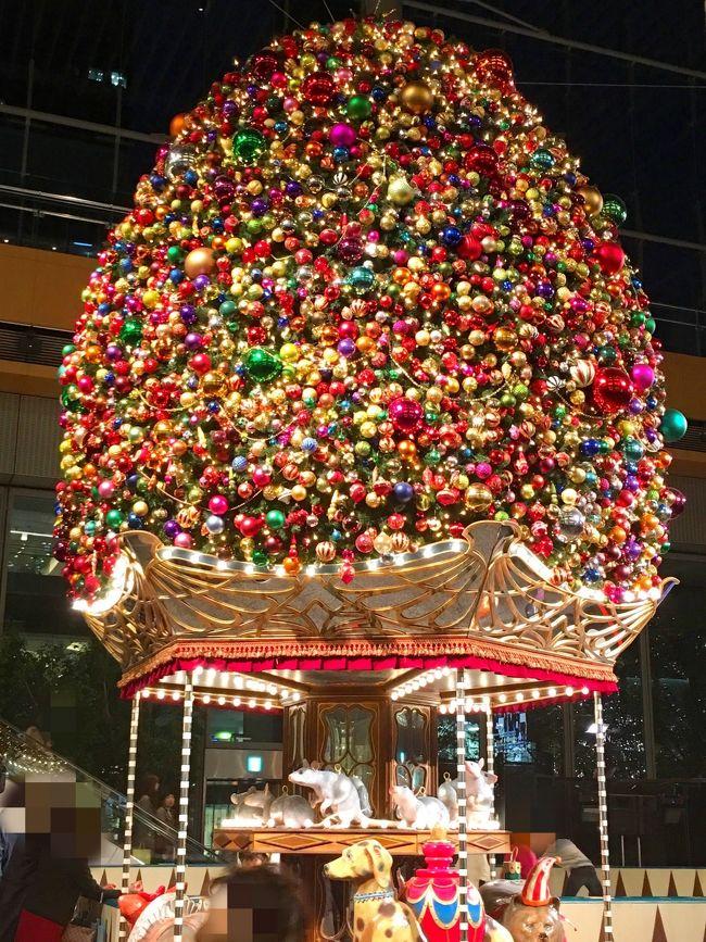 11月3連休の2日目。曇り。昨日に引き続き、クリスマスデコレーションを見るために、日比谷~日本橋~東京~日比谷を巡ります。途中、日本橋のコレド室町に入ってるベーカリー「ゴントラン シェリエ」で休憩したり、沢山歩いたご褒美に銀座風月堂のチーズケーキを買って帰ったりしました♪ 今日は1万7千歩ほど歩くことが出来ました。昨日も今日も、キラキラ輝くクリスマスデコレーションを見れてマケッチ&スケッチご満悦です。写真は、丸ビル1F丸キューブ「羽生くんのスケートリンク」に設置されたクリスマスツリーです。