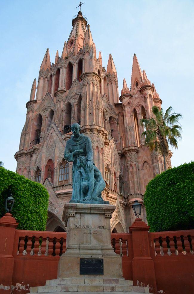 11月のメキシコ滞在中に訪れた、中央高原のコロニアル都市の中でも最も印象的だったのがサン・ミゲル・デ・アジェンデである。何と言っても、市の中心に聳える、赤みを帯びた色の石材で作られた、ゴシック様式の尖塔を持つサン・ミゲル教区教会が美しい。そしてこの街には、アメリカ、カナダ、ヨーロッパからも移住してきた人が多いという。確かに街中では白人の姿が目立ち、英語が聞こえてくる。<br /><br />サン・ミゲル・デ・アジェンデはメキシコの中央高原北西部にある都市で人口約16万人、コロニアル建築の歴史的建物が立ち並び、美しい景観がその原形を保っている。観光地として、またリタイア後の安住の地として外国人からも人気があり、メキシコ全土に知られた美術学校であるアジェンデ美術学校やエルニグロマンテ文化会館があり、世界から芸術家が集まるアートの街でもあるという。<br /><br />スペイン植民地時代初期の1542年に、フランシスコ会の聖職者サン・ミゲルによって「サン・ミゲル・デ・エルグランデ」という要塞のような街の基礎が築かれた。18世紀には手工業が発達し、市街が拡大された。現在残る歴史建造物はこの頃建てられたものである。20世紀になって、この街にメキシコ独立戦争の指導者であるイグナシオ・アジェンデが生まれた。後に彼の名をとって、この街の名は「サン・ミゲル・デ・アジェンデ」と改められた。彼の生家は「サン・ミゲル・デ・アジェンデ歴史博物館」となっている。<br /><br />夕暮れに丘の上から最初にこの街を眺めた。ナトリウムランプの淡いオレンジ色でライトアップされたサン・ミゲル教区教会の周囲の光景に魅了されてしまった。帰国の数日前に再びこの街に立ち寄って、青空のもとで街を撮影して歩いた。街の中心部は多くの観光客が訪れており、何やらイヴェントの準備がされていた。ソカロ広場に面する歴史的な建築物にスターバックスの看板を見つけ、思わず引き込まれるように店内に入った。これほど美しいスターバックスの店内は世界でも稀であろうと思った。その写真を掲載しておく。<br /><br />ケレタロ、グアナファト、モレーリアとメキシコ中央高地にあるコロニアル都市を巡ったが、ここサン・ミゲル・デ・アジェンデは最も気に入った。多くのペンション生活者が暮らしていることも頷ける、落ち着いた街並みの中に生き生きとした雰囲気が感じられる。何度でも訪れたい街だ