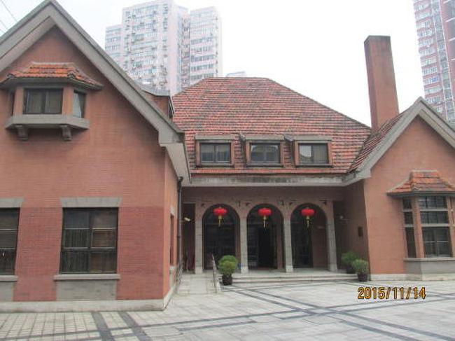 上海の食品加工の歩み 上海の歴史を展示 光明食品集団 江澤民氏はここで人民と共に働いていた。二階建て大展示場には パネルや写真 模型などを使い説明。現在の光明食品集団に付いて説明して居ます。 開館は火・木・土曜日 要確認。豊富な展示内容 入場無料です!展示館の向いに建つスペイン式小洋楼。1937年建造、1940年竣工、当時企業外籍高級職員生活楼。上海解放后、上海益民食品一廠の事務所と成り、1985年企業の生産規模が拡大した為、使われなくなりました。小洋楼は縮小してこの地に復原いたしました。今回、上海優秀歴史建築に認定されました。<br />HK-J-024-V 上海益民食品一厂歴史展示館      香烟橋路13号2階  <br />歴ガ  上海益民食品一廠博物館       虹口区香煙橋路13 <br />歴史ガイドマップによれば江澤民が一年程ここで働いたそうです。