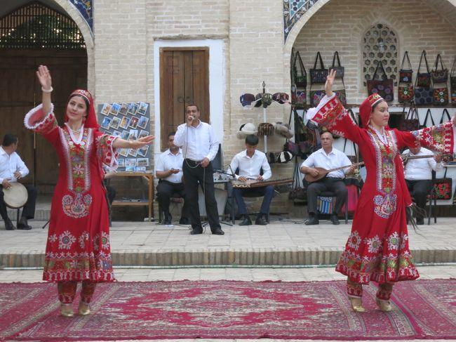 「文明の十字路 ウズベキスタン」のツアーに参加。<br /> ウズベキスタンは、中央アジアに位置し、1991年のソ連崩壊によって独立した共和国。全人口の8割はウズベク人で、そのほとんどがイスラム教徒。<br /><br />4月28日 ソウルで乗り換え、ウズベキスタンのタシケントへ。<br />4月29日 サマルカンドへ移動後、観光。<br />4月30日 終日、サマルカンド観光。<br />5月1日 シャフリサーブス移動後、観光。ブハラへ。<br />5月2日 ブハラ観光。<br />5月3日 カラカルパクスタン自治共和国を通って、ヒヴァへ。<br />5月4日 終日、ヒヴァ観光。<br />5月5日 ウルゲンチから空路でタシケントへ。着後、観光。<br />深夜にタシケント発。<br />5月6日 ソウル着後、乗り換え、帰国。