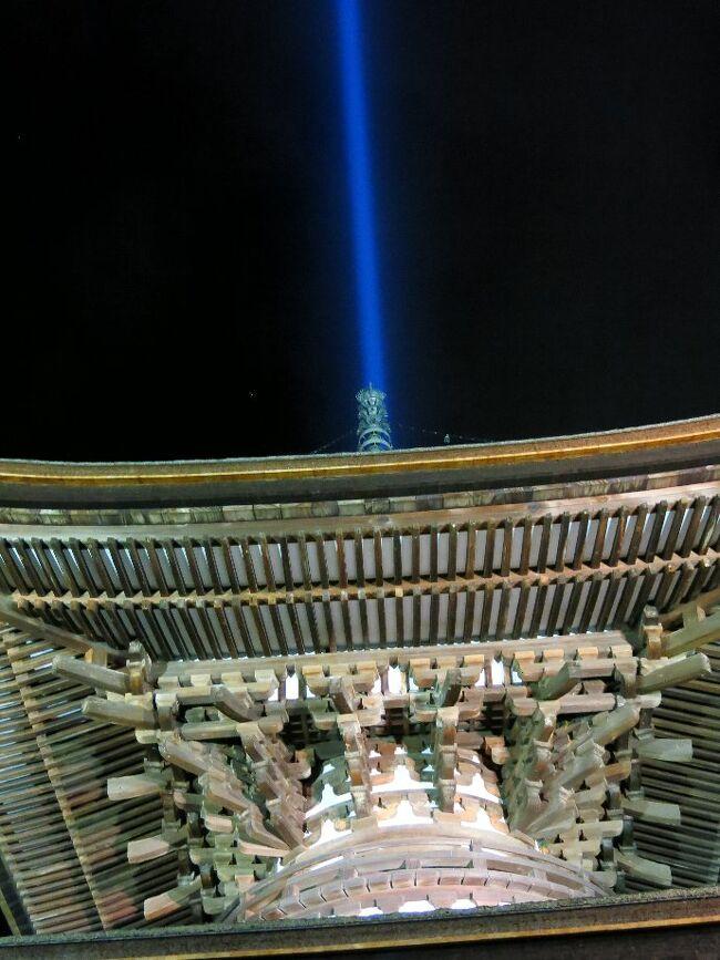 (写真は石山寺多宝堂)<br /><br /> 比叡山は昨年高野山を廻ったとき、次はここだと決めておりました。<br />今回は坂本からケーブルで登ります。 高野山と同じく堂塔は山上にあり、中心となる根本中堂や阿弥陀堂は東堂(とうどう)に、そして釈迦堂は西塔(さいとう)に、さらに離れて横川(よかわ)の三地区にまたがっており、シャトルバス(1日券¥800が便利)で廻ることができます。 入場料は三地区共通なので、がんばってすべて廻ります。<br /><br />叡山は京都の鬼門にあたる東北にあり、そのためこの寺が造られたようです。<br />そしてその通り平家や信長との確執をはじめ、数々の歴史の舞台となった寺でもあります。<br /><br />次いで石山寺に向かいましたが、あいにく到着したのが16時半で門は閉じられてしまいました。 そこで名物のシジミ飯とソバを夕食に、17時半からのライトアップ時に入場することにします。 地元の電車に乗れば全員が関西人の顔に見えてきます。 <br /><br /><br /> ・秋ならば夜に色めく石山寺   <悠遊人><br /><br /> ・京阪に乗れば顔みな関西人   <東京人><br /><br />