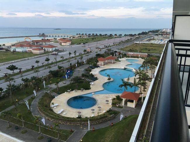 (写真はサザンビーチリゾートホテルの部屋からの風景)<br />またまた沖縄です。自分でも首をかしげるくらい沖縄にハマり今年3回目の訪問です。バニラエアー利用の2泊3日ツアーで1人¥16,800という格安の旅行ですがこのお値段で沖縄を満喫できるのは嬉しい限りです。<br />ツアーに付随いていたホテルは那覇ビーチサイドホテルでしたが、リゾート感が無いホテルなので別泊で糸満市のサザンビーチ&amp;リゾートホテルを取りました。 せっかく沖縄に来たので1日だけでもリゾート気分を味わいたく別費用となりましたが結果的には正解でした。<br />また空港の近くの瀬長島龍神温泉に再び訪問、楽しいマッタリの時間をすごしました。ここはランチビュッフェも含めて最高の場所。絶対外せません。<br />また今年の夏にオープンした洒落たレストラン街が瀬長島温泉ホテルの下にありここも南国らしい雰囲気が漂ういい場所でした。<br /><br />今回も何の目的もなくただマッタリするだけでしたがとても楽しめました。<br />普段のストレスの多い生活から抜け出しボーとするのも貴重な時間です。<br />12月なのに春のような気候の中でマッタリ過ごす時間。最高です。<br />当分この沖縄病は治りません。
