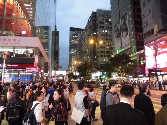 39年ぶりに香港に行って来ました。以前の時は、タイガーバーム公園・アバディーンにも行った記憶がありますが、地下鉄・高速道路ができていてとても便利になっていました。<br />12/11 羽田→香港  旺角、女人街<br />12/12 ビクトリア・ピーク、レパルス・ベイ、スタンレー、黄大仙<br />12/13 スターフェリー、ポッティングジャーSt  香港→羽田<br />1香港ドル=15円 ツァー会社 旅工房 ツァー料金 59.700円 <br />宿泊先 九籠酒店<br />表紙の写真は、尖沙咀(チムサアチョイ)のネイザンロードです。