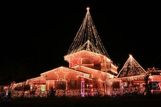 日本の合衆国と以前は自称していた宮崎県の中央部にある川南町。この時期、県内客を中心にイルミネーションでも注目を浴びています。<br />今回は、その中で、文化センター(その形からトロントロンドーム)と個人で自宅に電飾をされている三原邸を紹介します。<br />① トロントロンドーム<br />  サンA川南文化ホール(トロントロンドーム)前広場では、およそ25万球のイルミネーションの飾り付けが行われる。大 小さまざまな光のタワーが広場を覆い、キャラクターのイルミネーションや光のトンネルなどが出現。ファンタジックな空 間が演出されている。県内で屈指の規模を誇り、毎年、県内外各地から多くの人が訪れている。<br />  訪れた日の夕刻文化ホールではモーツアルト音楽祭の期間中で、若い女性を中心にの関係者の姿が目につきました。<br />② 三原邸<br />  電飾 約4万個、毎年5万人が訪れるという。これが個人宅だから凄い!<br />   期間は、おおむね11月下旬から約2ヶ月間(先々変更になる可能性もあります川南観光協会等に問い合わせを)<br />  ここは国道10号線からも見える位置にあります。(脇見運転要注意!)<br />   三原さんが15年以上前に電飾をはじめたきっかけは、映画「ホームアローン」 (ニューヨークのクリスマスの時期の映  画) とか。<br />   駐車場は、三原さん宅手前(10号線寄り)に駐車場があります。(暗いので行過ぎない様、徐行)<br />  敬意を表して、一杯200円のココアを2杯いただきました。