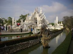 ⑤ ゴールデントライアングルへ・メーカチャン温泉・チェンライ 白亜の地獄寺 ワット・ロンクン(Wat Rong Khun)・カレン首長族の村(12/21午前)