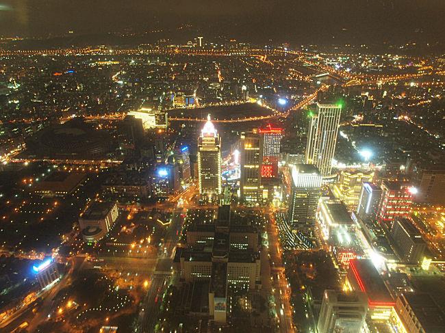 明けましておめでとうございます。<br />11月の台北旅行記を、気まぐれに書き綴っていたら年が明けてしまいました。笑<br /><br />お正月らしくカウントダウンの花火の写真をアップされてる方もいらっしゃると思いますが、こちらはなんでもない夜の台北101に行ったお話です。初めての台湾はたった2日間の行程なのに、06まで記事にした充実ぶりでした。台北の旅、最後の記事となります。
