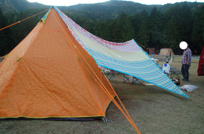 去年の十一月に出掛けた秋キャンプの様子をお伝えします。利用したのは、兵庫県丹波市にある「キャンプリゾート森のひととき」です。<br /><br />「キャンプリゾート森のひととき」<br />[http://mori-hitotoki.com/]<br /><br />十一月だったので、さすがに暖房なしでテントで寝るのは寒いと思い、300W/600Wのセラミックファンヒーターと電気敷毛布を持参しました。<br /><br />なお、このアルバムは、ガンまる日記:2015秋キャンプ(1)[http://marumi.tea-nifty.com/gammaru/2016/01/post-9306.html]<br />とリンクしています。詳細については、そちらをご覧くだされば幸いです。