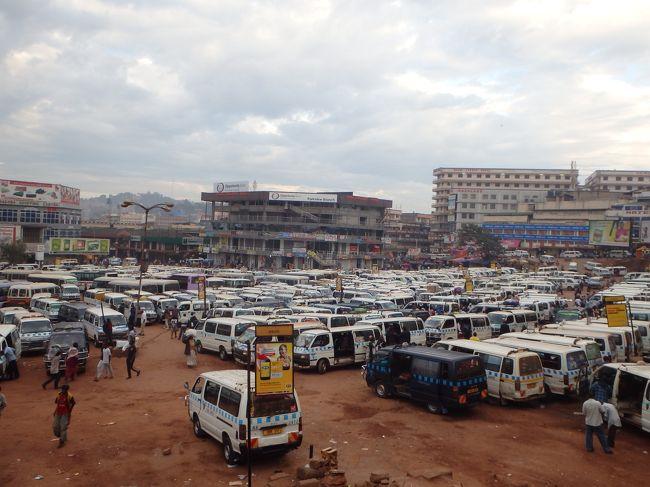2015年末年始は東アフリカの4ヶ国(ルワンダ、ウガンダ、ケニア、タンザニア)に行ってきました。<br />アフリカ往復のチケットは手配したものの、実は、なんか今回の旅に乗り気がせず、アフリカに対する苦手意識もあり、まったく準備していない状態での出発となりました。<br /><br />【これまでの行程】<br />12/26 東京〜香港〜(夜行フライト)←(1)<br />12/27 アディスアベバ〜キガリ←(1)<br />12/28 キガリ〜カンパラ←今回はココです<br /><br />(1)No準備で出発!香港で計画をたてたらアディスアベバ経由でルワンダのキガリへ→http://4travel.jp/travelogue/11089788<br /><br />※香港で設定した今回のミッション<br />1. なるべく陸路で移動する<br />2. ウガンダで一番と言われているシピ滝を見に行く<br />3. できればサファリとキリマンジャロ山を堪能する<br /><br />【フライト】<br />26 DEC JL 029 Y HND HKG 1005 1415<br />27 DEC ET 609 C HKG ADD 0035 0640<br />27 DEC ET 807 Y ADD KGL 1110 1240<br />(JL:JALエコノミー特典航空券「上海/東京/秋田//東京(HND)/香港(HKG)」30,000マイル+Taxの残り)<br />(ET:エチオピア航空のHPで購入したビジネス航空券「カイロ/アディスアベバ/香港(HKG)/アディスアベバ(ADD)/カイロ」の一部)<br />(ET:ユナイテッド航空の特典で手配したエチオピア航空エコノミー片道航空券「アディスアベバ(ADD)/キガリ(KGL)」17,500マイル+Tax)