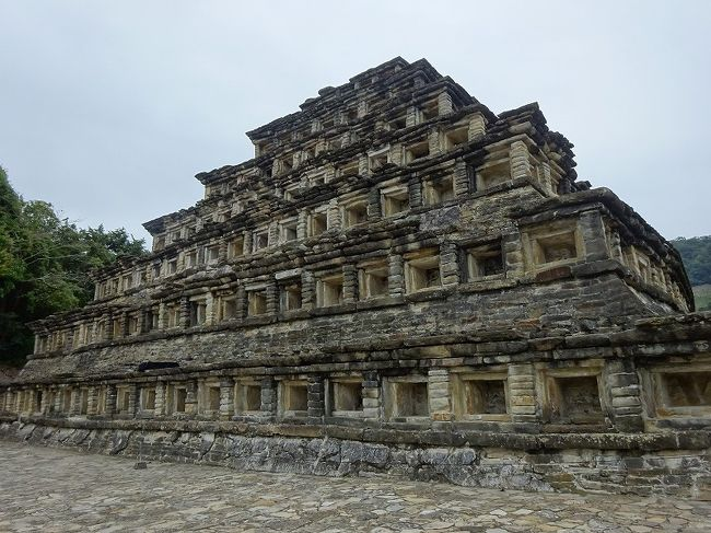 メキシコの旅も後半に入ってきましたが、これからは遺跡が多くなります。<br />古の古代人に思いを馳せながら巡ることにします。<br /><br />メキシコの旅の日程(☆が本日)<br />1. 1月21日 関空〜グアダラハラ<br />2. 1月22日 グアダラハラ<br />3. 1月23日 テキーラ村<br />4. 1月24日 グアダラハラ→サカテカス(バス移動)<br />5. 1月25日 サカテカスの歴史地区<br />6.  1月26日 サカテカス→グアナファト<br />7. 1月27日 グアナファトの歴史地区<br />8. 1月28日 サンミゲル・デ・アジェンデの歴史地区<br />9. 1月29日 ケレタロの歴史地区<br />10.1月30日 シエラ・ゴルダのフランシスコ会ミッション<br />11.1月31日 モレリアの歴史地区<br />12.2月 1日 モナルカ蝶<br />13.2月 2日 シタクアロ<br />14.2月 3日 シタクアロ→メキシコシティ<br />15.2月 4日 メキシコシティその2(〜テオティワカン)<br />16.2月 5日 メキシコシティその3<br />17.2月 6日 メキシコシティその4<br />18.2月 7日 メキシコシティその5<br />19.2月 8日  メキシコシティ→パパントラ<br />☆20.2月 9日 エル・タヒンの古代都市<br /><br />参考:地球の歩き方<br />   世界遺産アカデミー