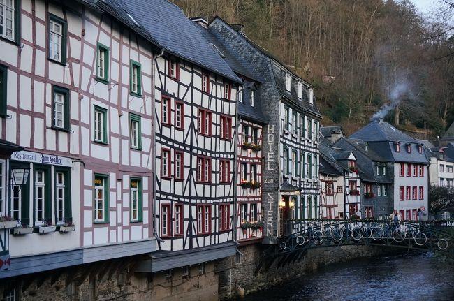 スダンからアーヘンに移動して、翌日、アイフェルの谷間の街、モンシャウへ行きました。<br /><br />今回のアーヘン滞在中に、ドイツのモンシャウと、オランダのマーストリヒトへ日帰り旅行に行けたらいいな、なんて思っていたので、その1つの目的が叶ったわけです。<br /><br />アーヘン滞在中、晴れた2日間に日帰り旅行が出来ればいいな、という程度に考えていたのですが、晴れ女の娘が一緒なので基本的に滞在中は毎日晴れ!だから早速初日に決行!<br /><br />モンシャウはアイフェルの国立自然公園のエリアの谷間に位置し、「アイフェルの真珠」とも呼ばれている美しい街。国境に近いため、ベルギーやオランダからの観光客が大勢訪れています。<br /><br />モンシャウはまた、ドイツで最も美しいクリスマスマーケットが開かれる地でも有名です。マーケットはクリスマスの前の日曜日まで行われているので、残念ながら私たちが行ったころには終わっていましたが、イルミネーションやツリーはまだまだ飾られており、雰囲気は楽しめました。<br /><br />では、クリスマスが終わって若干静けさを取り戻したモンシャウの街へ…<br /><br /><br /><br />☆☆☆<br /><br />さて、今回の旅の予定ですが、当初の予定だと<br />12月26日 スダン泊(フランス)<br />12月27日 アーヘン泊(ドイツ)<br />12月28日 アーヘン泊<br />12月29日 アーヘン泊<br />12月30日 アーヘン泊<br />※アーヘン滞在中に、モンシャウ、マーストリヒトへ日帰り旅行<br />12月31日 モンス泊(ベルギー)<br />元旦    帰宅<br /><br />の予定でした。<br />アーヘンに4泊もするのは、滞在中にドイツのモンシャウ、<br />オランダのマーストリヒトへ日帰りで行くためです。<br /><br />それが、思った以上のドイツの治安の悪さ(年末だからか)で、<br />アーヘン滞在中に年越しは家でしよう、と言うことになって、<br />前日に急遽モンスのホテルをキャンセルしたのです。<br /><br />モンスのホテルは、大聖堂をホテルに改造した場所で、<br />かなり楽しみにしていたのですが。<br /><br />ということで、12月31日にアーヘンから自宅まで戻りました。