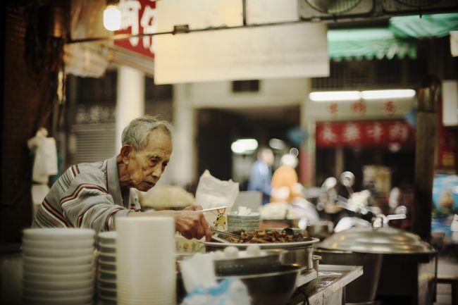 一人旅で台湾を訪れたのが今年の6月。<br />旅行記で「また訪れることになりそう」という予感を書いたとおり、今度は家族で再訪しました。<br /><br />今回の行き先は台南。台湾の京都ともいうべき古い町並みや寺院が数多くあり、台湾一美味しいと言われる小吃のメッカ。<br />元旦に、関空からピーチで元日出発しました。<br /><br />今回の宿は、「老古石渡」という部屋貸しスタイルの民宿。トリップ○ドバイザーなどではあまりランクが高くなく、日本語の口コミもほとんどなかったのですが、写真からピンとくるものがあり、facebook経由で申し込んでみました。<br /><br />これが大当たりで、古い下町の空き部屋をリノベして貸してくれる感じで、まるでお家に泊まっているかのような快適さ。<br />ふらふら通りへ歩き出て、ちょっと小吃をつまみ、そして気が向いたときに部屋に戻る。<br />一度こういうスタイルで泊まってみたかったので、いい経験ができました。
