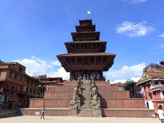 毎年、年に1〜2回は行くネパール。(旅費滞在費は自費です)<br />いつもはポカラにある障害者施設へ支援物資と運営費を持っていくのですが、<br />今年はこの春に大地震で被災した震源地近くの村々へも行って<br />支援した義援金が有効に使われているか視察にも行きました。<br />まず、カトマンズとポカラでそれぞれ私たちが送った義援金を素早く役に立ててくれた<br />お2人に感謝を込めてカトマンズで宿泊を兼ねてお食事会。<br /><br />ポカラでは支援している障害者施設で子供たちと一緒に過ごし、<br />合間に被災した村の小学校の再建のための建前の儀式に参加したり<br />養護施設や、マザーテレサの施設などを訪問したりしました。<br /><br />カトマンズから帰国する前には震源地近くの村や<br />崩れた世界遺産の街を訪問。私たちが送ったお金がどのように使われたのか<br />しっかりと自分の目で見てきました。<br />帰りの乗り継ぎのバンコクでは1泊しマッサージで癒されて帰る予定にしてたのですが<br />なんと2〜3日前にバンコクの爆弾テロで、宿泊予定のインターコンチネンタルバンコクの目の前の<br />パワースポットが爆破され、たくさんの方々がなくなったとニュースが入ってきました。<br />はたして・・・<br /><br />全3冊で旅行記を書いています。<br /><br />羽田⇔バンコク ANAアップグレードしてビジネスクラスで<br />バンコク⇔カトマンズ タイ航空 特典ビジネスで<br /><br />宿泊:クラウンプラザ カトマンズ ソルティ<br />http://www.ihg.com/crowneplaza/hotels/us/en/kathmandu/ktmnp/hoteldetail<br /><br />   インターコンチネンタルバンコク